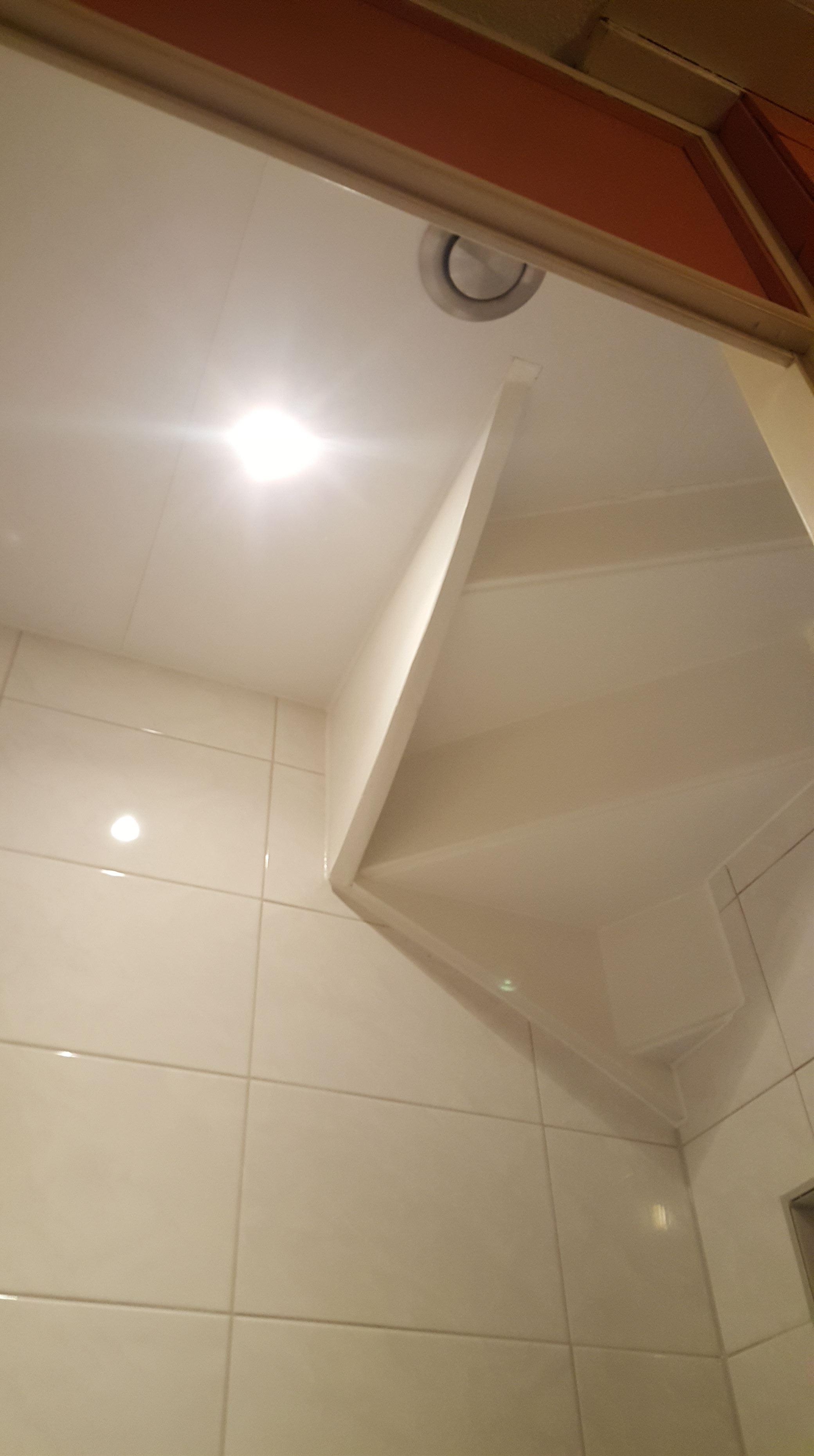 Toilet renovatie onder een trap
